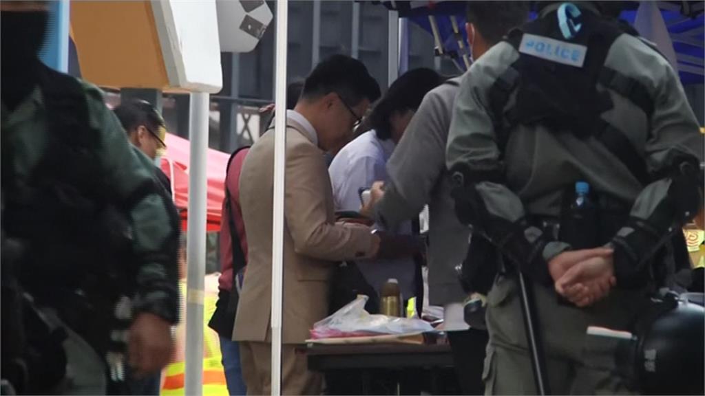 香港泛民主派大勝後..新科議員急赴理大救人、要求警方撤離