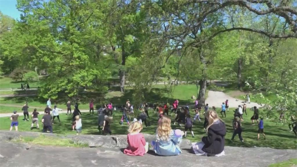 有氧舞蹈老師帶領紐約客中央公園大跳Zumba <em>疫情</em>趨緩不線上教學