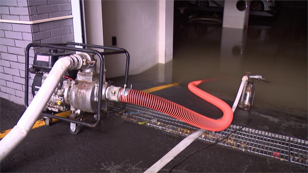 高雄暴雨大樓地下室慘淹!抽水14小時終於乾了