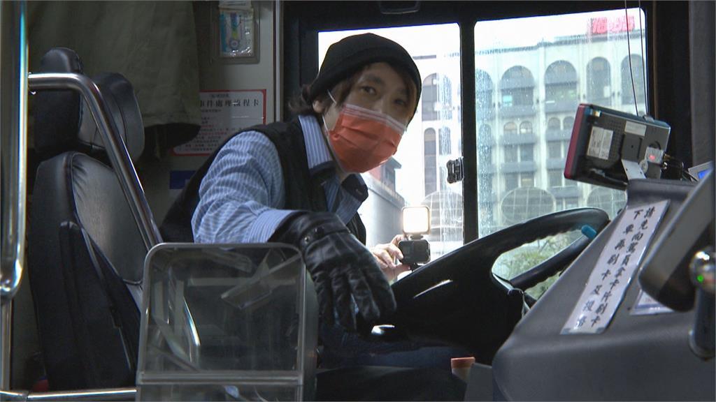 超暖心客運駕駛「英文超溜」 稱讚電話接不完
