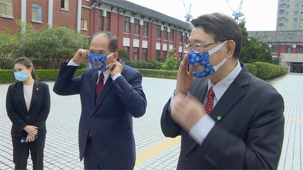 游錫堃戴上透明口罩 防疫也要無障礙溝通