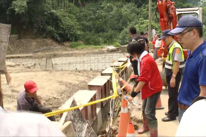 獅子頭野溪排水溝遭堆置土方 強制疏通