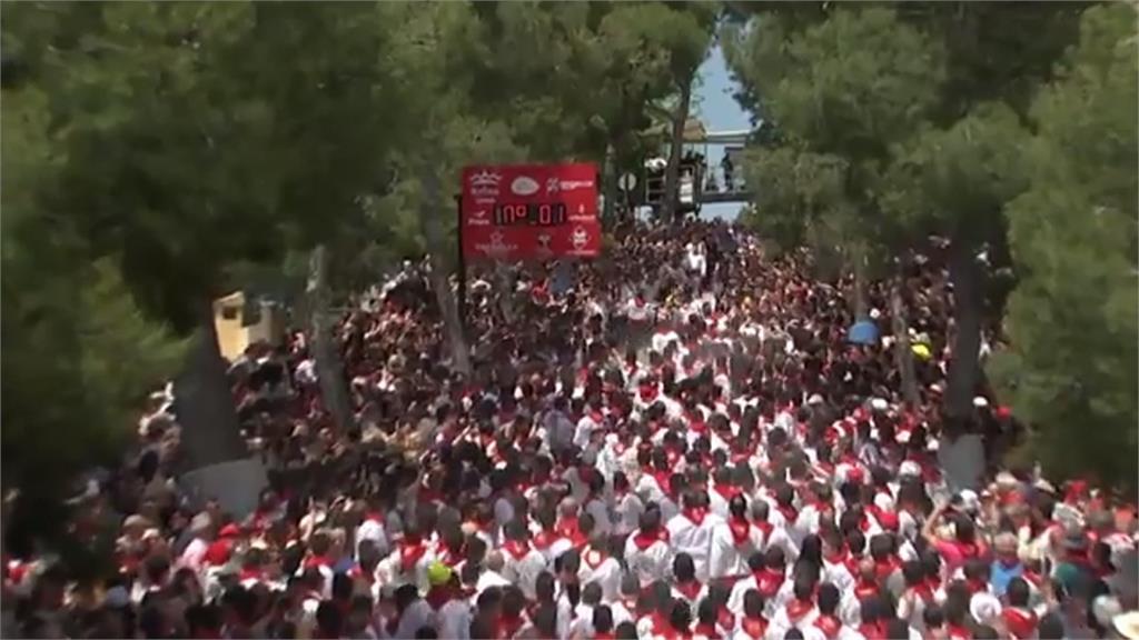 西班牙葡萄酒奔馬節  壯漢拉馬匹向人群狂奔