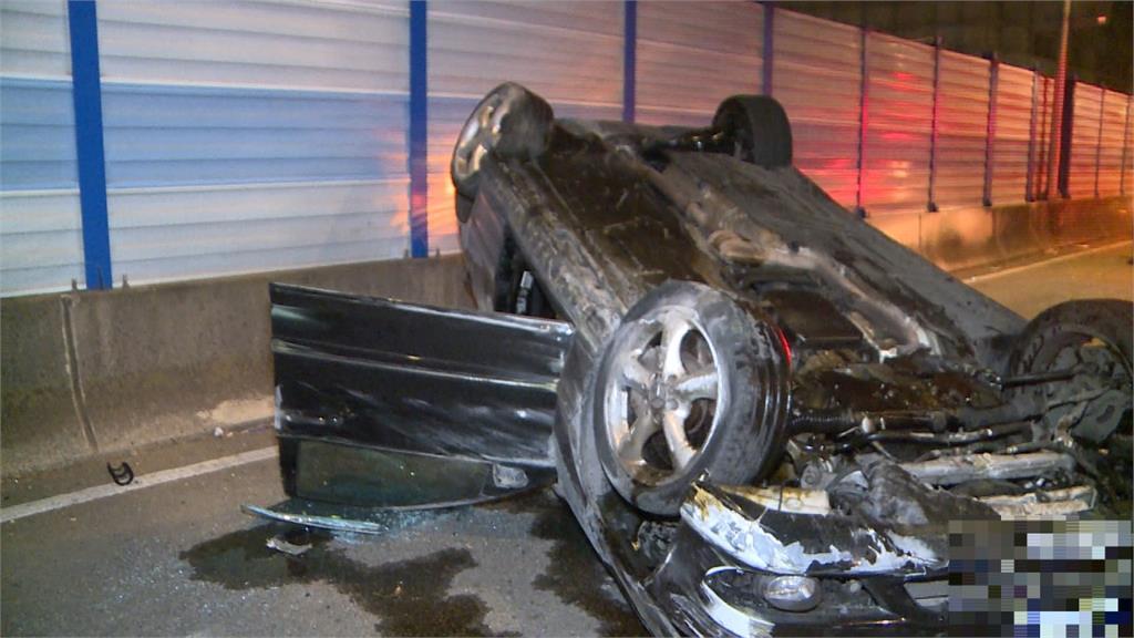 新生高架車輛自撞翻覆 車上兩人幸無大礙