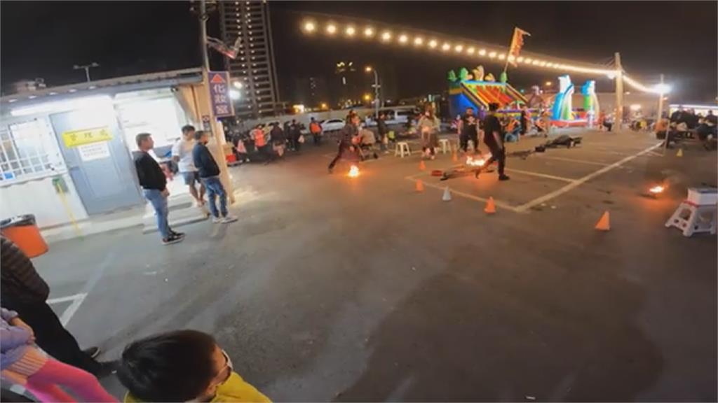 地方媽媽嚇死了!夜市火球舞好精彩 下一秒失手險燒嬰兒車