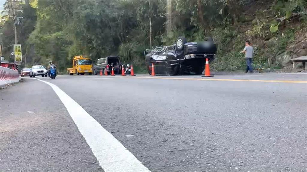 礦泉水聯結車翻覆國道 小黃撞山壁