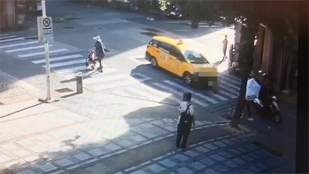太誇張!企圖逼車釀糾紛 計程車駕駛當警面前踹騎士
