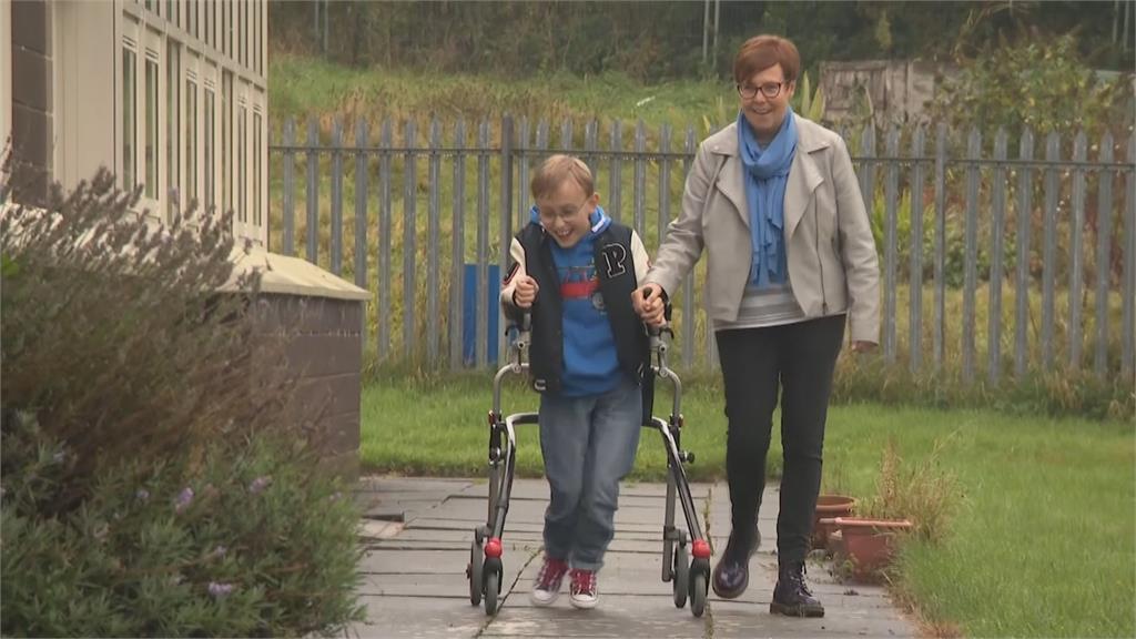 英腦麻男童每天走路募善款 累積2個馬拉松距離.募得15萬英鎊