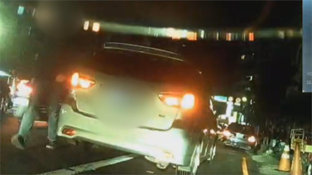 騎士按一聲喇叭被追車 駕駛下車飆國罵