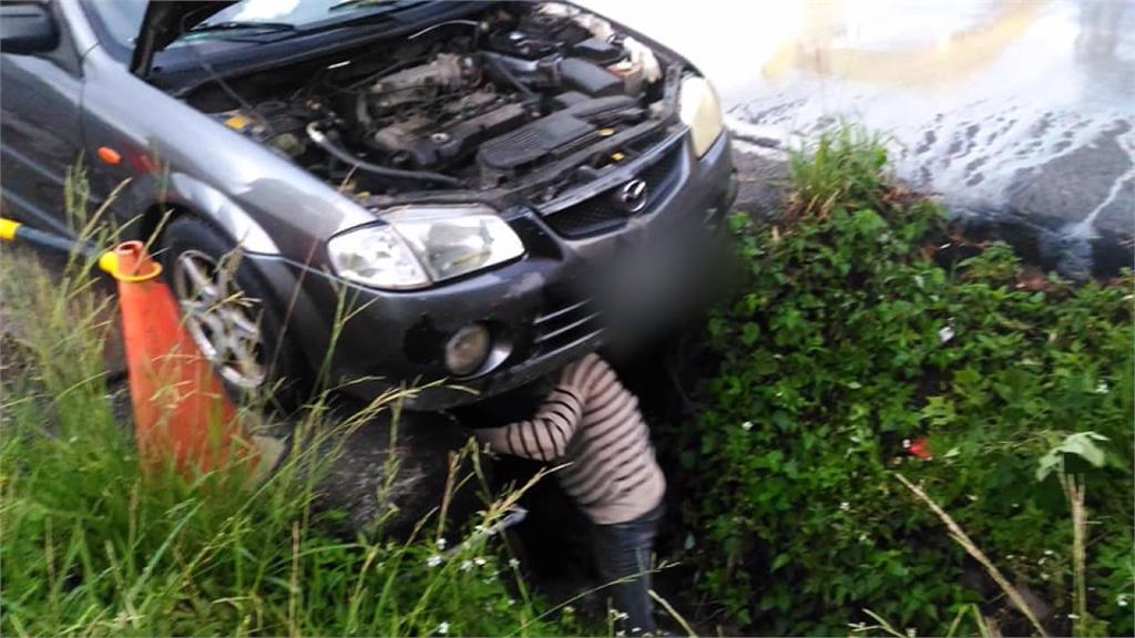 以為在救車!轎車斜卡水溝竟是偷排廢機油