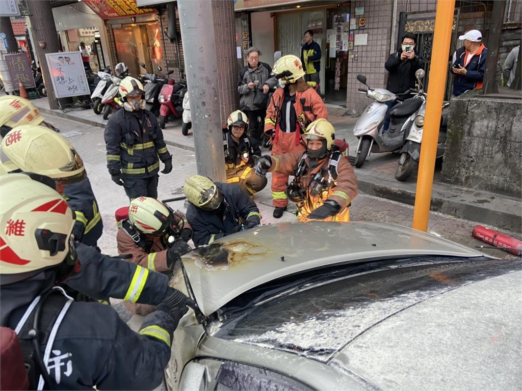 快新聞/新莊昨傳火燒車事件 引擎突冒煙臨停路邊滅火駕駛逃過一劫