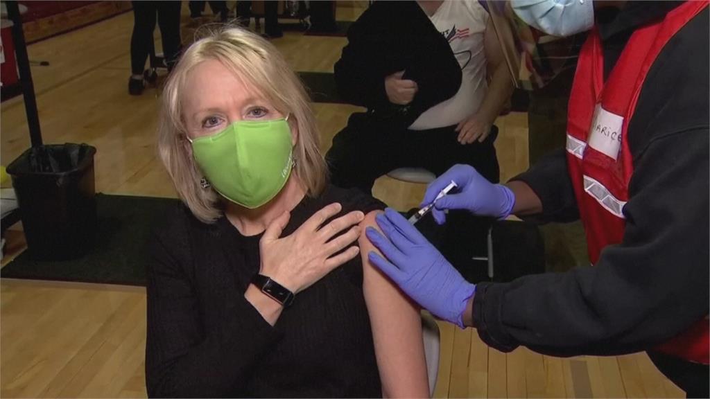 美國半數成人打疫苗 每天新增確診仍逾6萬例