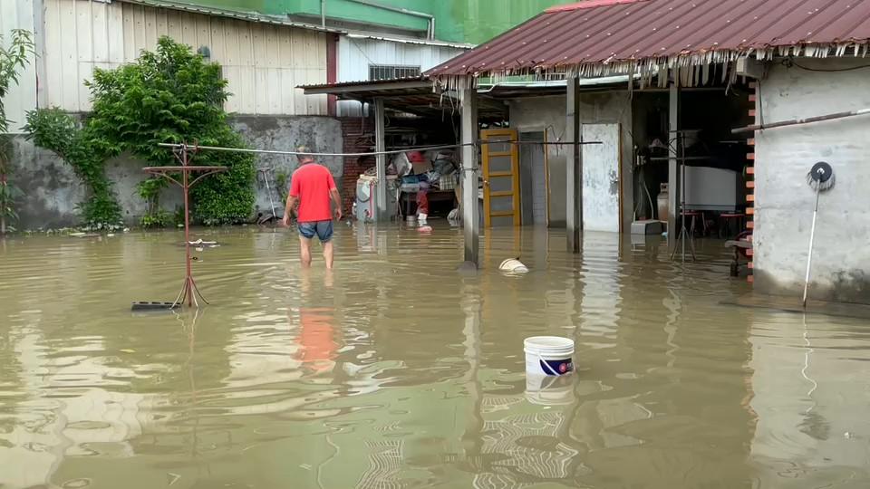 快新聞/彰化伸港三合院大淹水「宛如池塘」 民眾無奈:來養吳郭魚好了