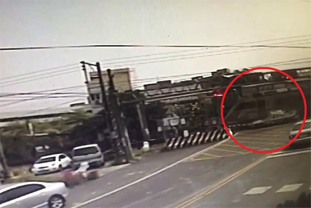 快新聞/驚險! 小客車誤闖平交道遭區間車擦撞 斗南至斗六列車一度延誤