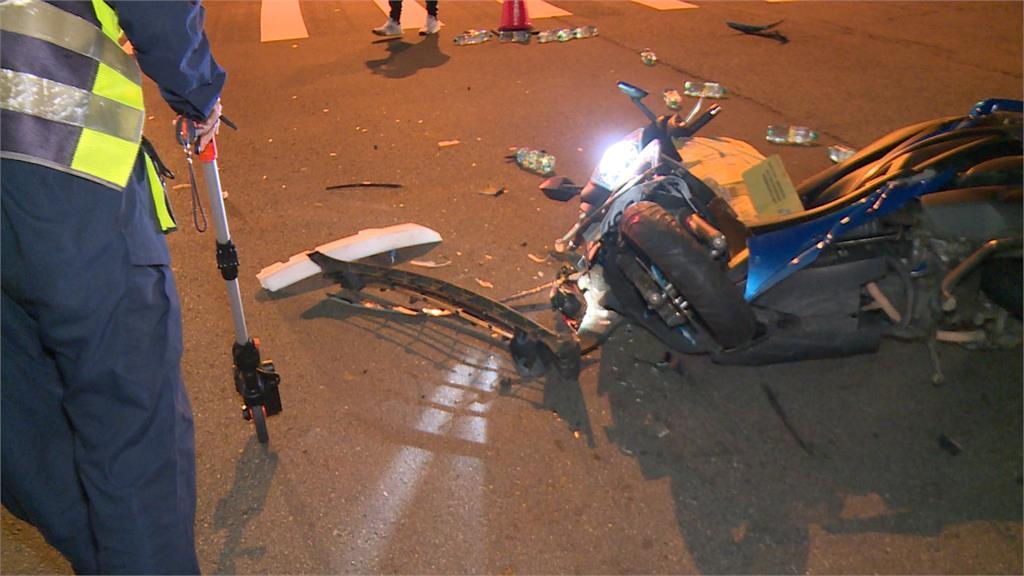 台中深夜路口驚傳車禍!機車疑車速過快 轎車反應不及撞上