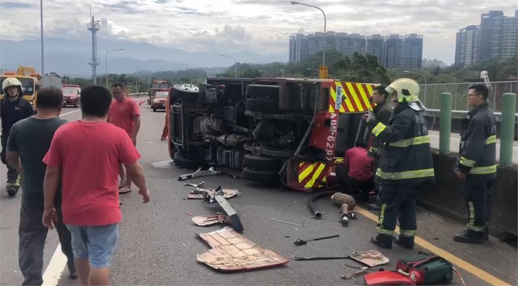 快新聞/新竹消防水車遭聯結車擦撞翻覆 撞車駕駛一度受困