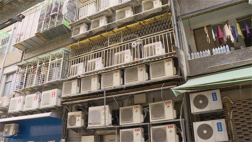 奇景!公寓外牆竟裝25台冷氣 恐有潛在危機