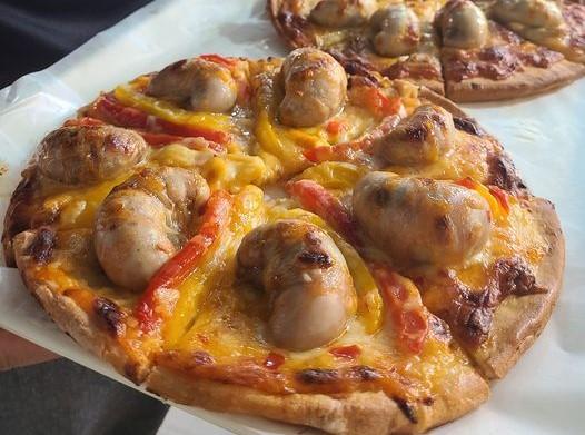 不服來戰?他烤超狂「火雞佛披薩」要尬香菜皮蛋豬血糕披薩!