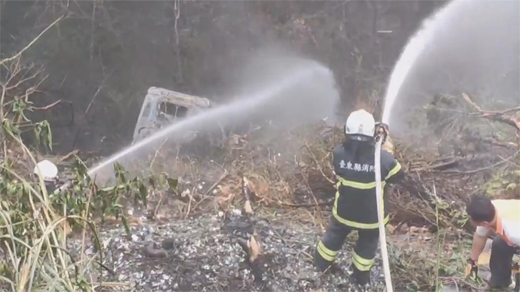 油罐車撞護欄墜山谷起火 駕駛喪命