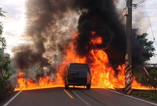快新聞/機車卡汽車底下拖行50公尺 騎士命大僅受輕傷...躲過「火燒車」一劫