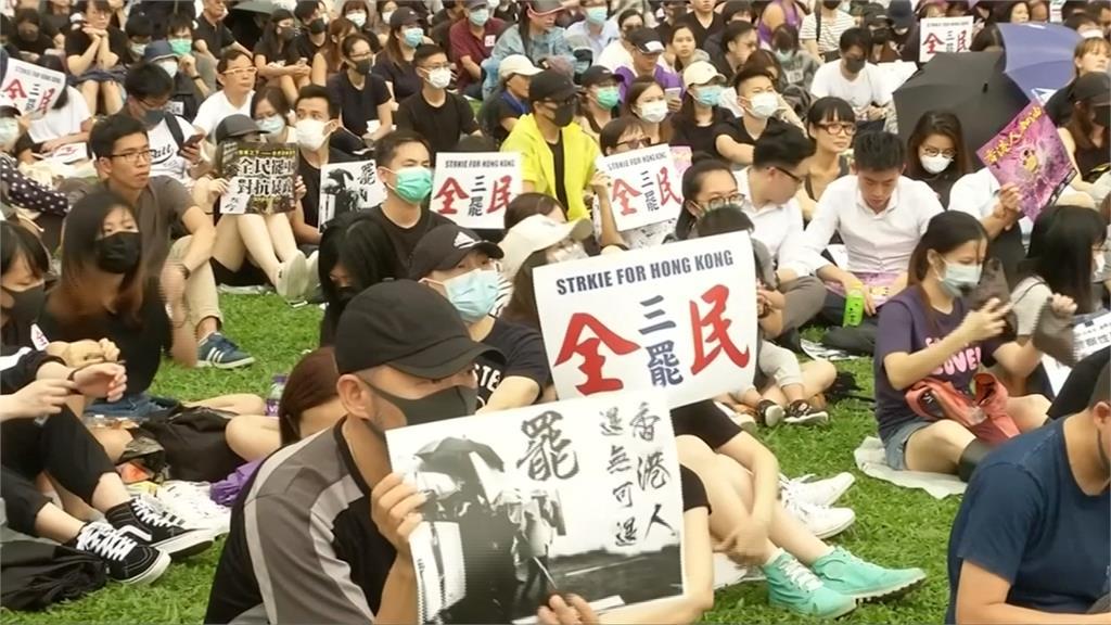 反送中/4萬人響應三罷行動!示威者疑遭布袋彈擊中