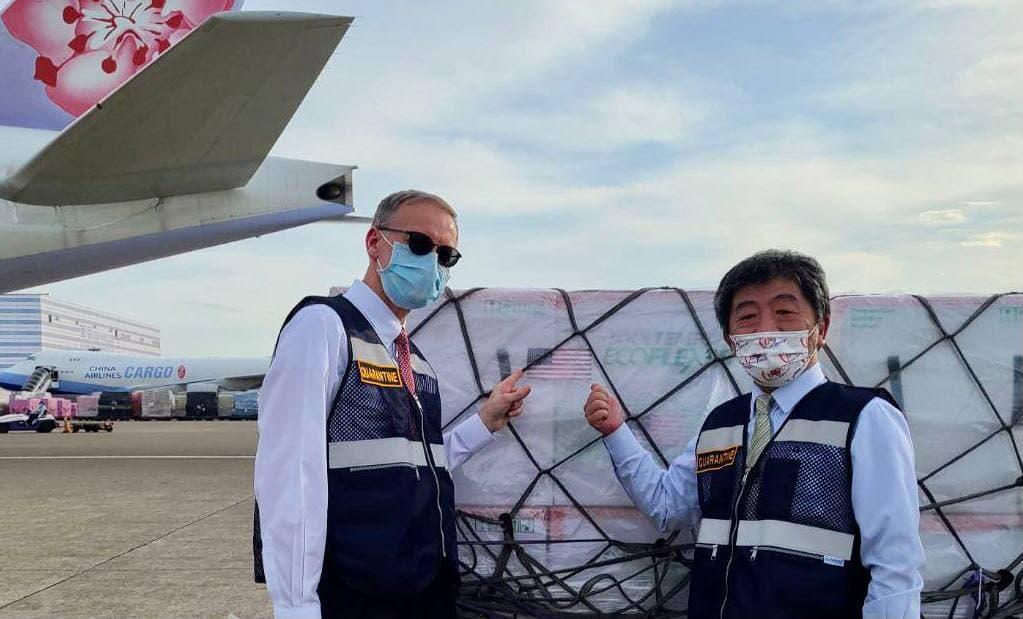 快新聞/250萬劑疫苗順利抵達 吳釗燮直呼感動:台灣艱困時美國總是伸出援手