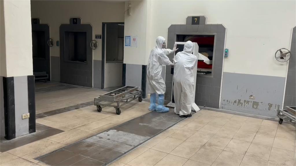 照顧染疫者最後一程 禮儀師工作穿雙層防護衣