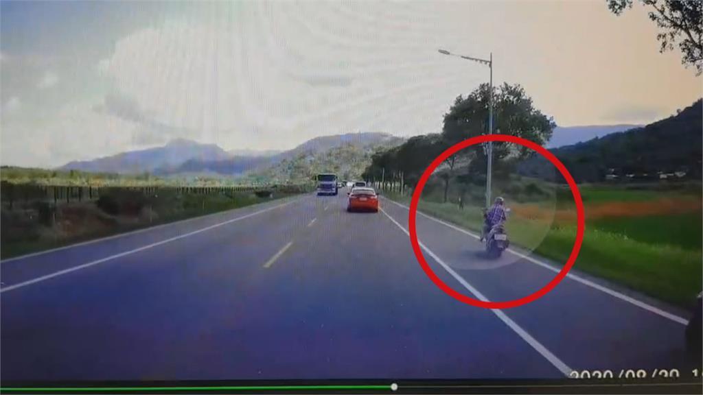 恐怖一瞬間!花蓮婦騎車失控打滑 衝進對向車道 遭油罐車撞飛身亡