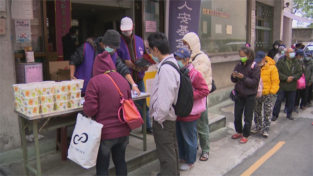 寒流來襲街友難熬!人安緊急動員提供熱食、衣物、暖暖包