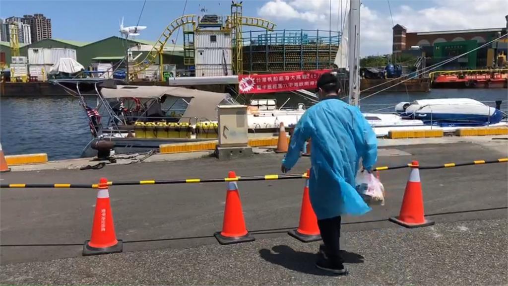 等嘸檢疫人員!馬來西亞二手帆船海上漂流終停靠安平港警碼頭 5人居檢、2人留守
