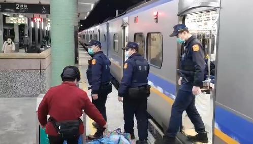 快新聞/清晨首班車抵達! 台鐵瑞芳至猴硐段全線恢復通行