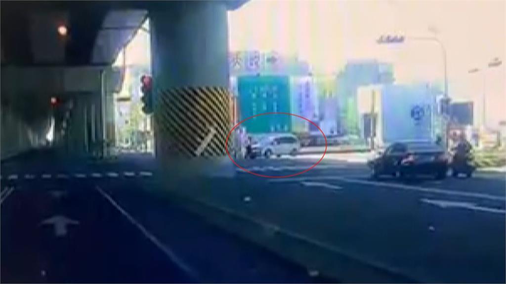不理義交指揮! 休旅車撞開人強行左轉