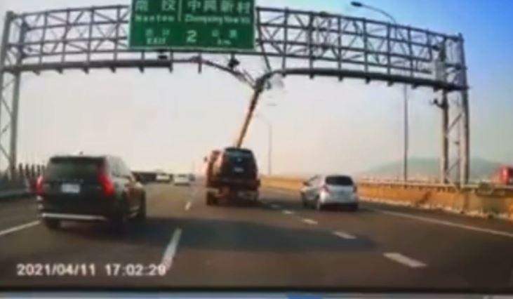 快新聞/拖吊車吊臂「一柱擎天」撞壞國道門架再甩飛 網嚇傻:這樣也能上路?