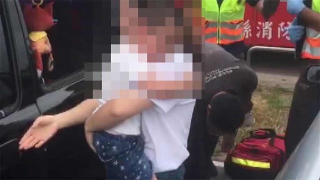 2歲童受困車內 消防人員緊急破窗救人
