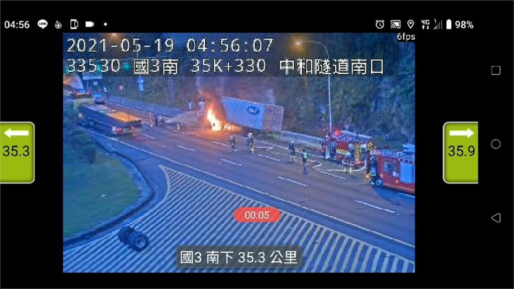 國3北上35K火燒車 貨車疑擦撞護欄起火