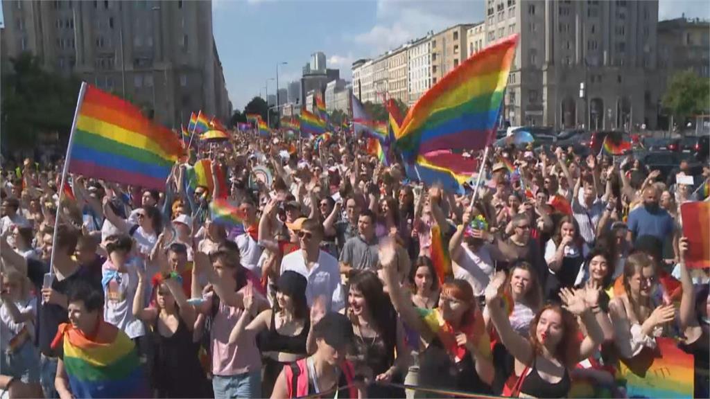 歐足聯禁止亮彩虹燈 德國球迷滿場舉旗抗議