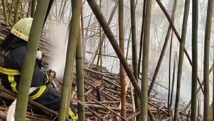 快新聞/陳吉仲才慰問打火兄弟 阿里山達邦公路又火燒山