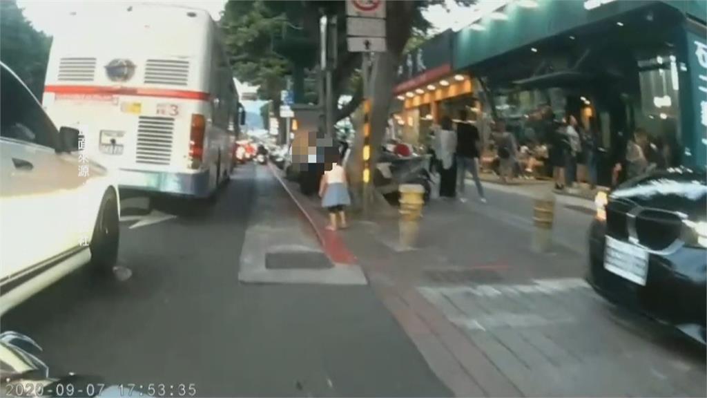 好危險!3歲童女衝上馬路 距離公車輪胎僅一步之遙