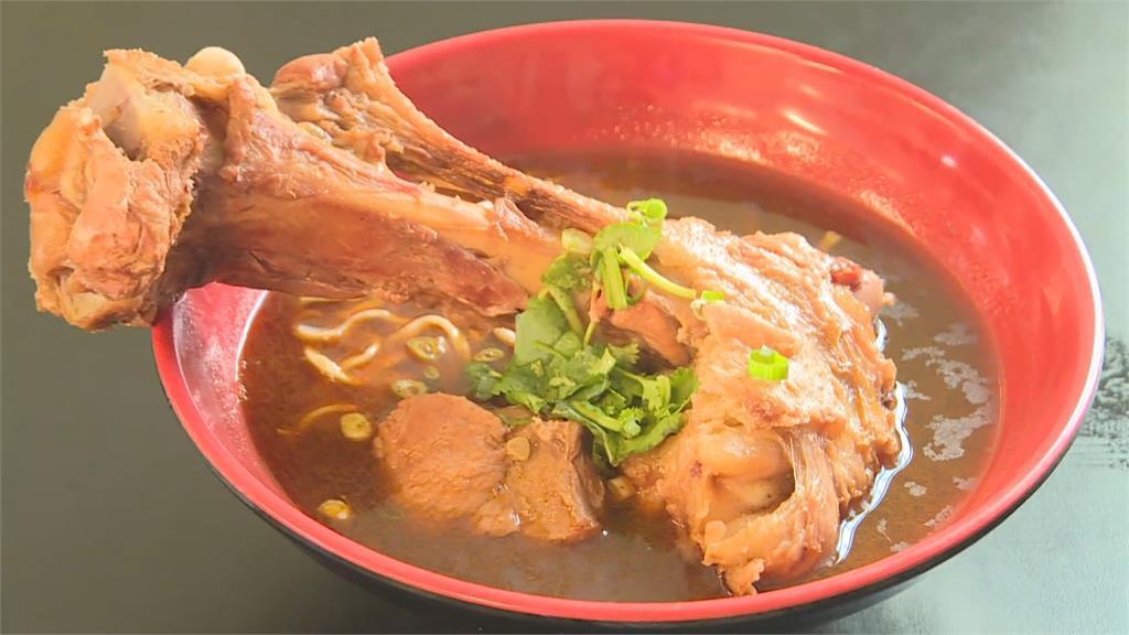 「手肘長豬後腿」台東人氣大骨麵加湯加麵免錢 老饕豪邁嗑美食