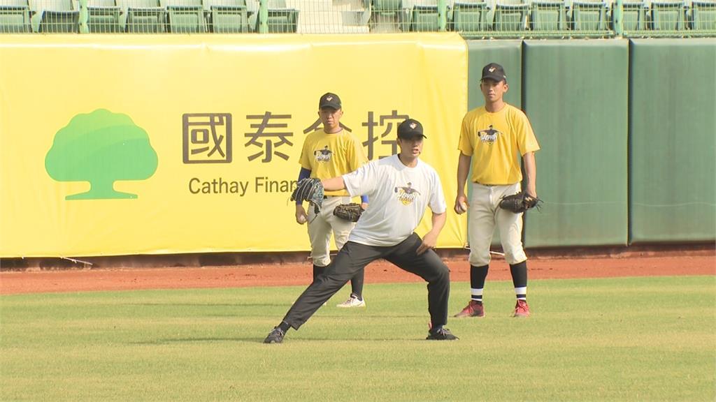 日職/加入阪神虎後首露面 陳偉殷訓練營指導小球員