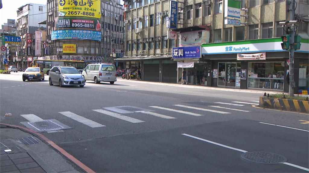 恐怖影片曝!路口險遭休旅車撞  騎士攔車嗆聲「反遭當街3打1」