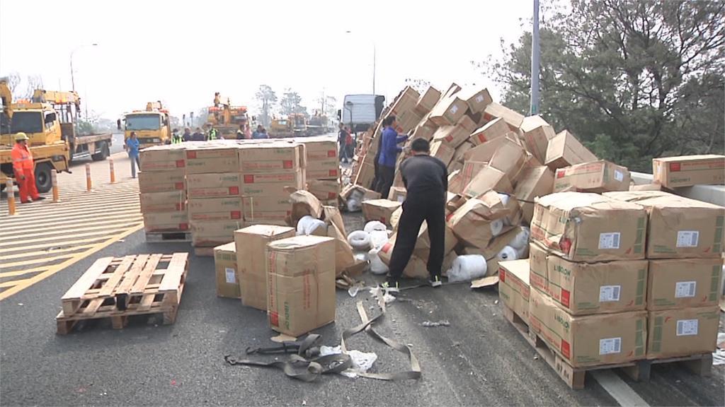 國一聯結車下匝道貨物翻覆 癱瘓交通4小時