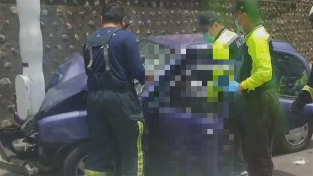小客車自撞號誌桿 女駕駛渾身血受困車內