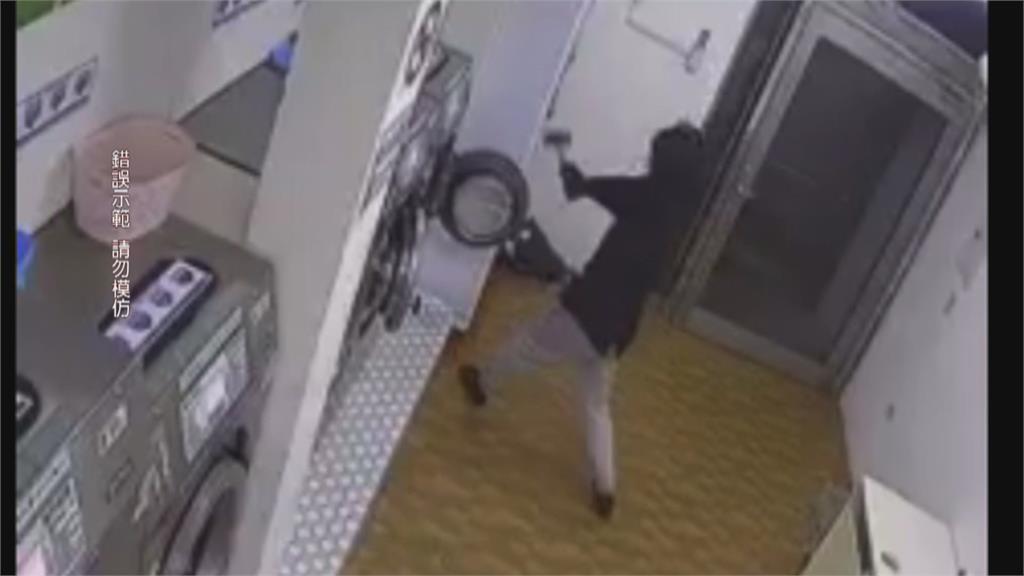 真的很缺錢!?黑衣男半夜闖自助洗衣店持榔頭猛敲兌幣機 糗...空手而歸