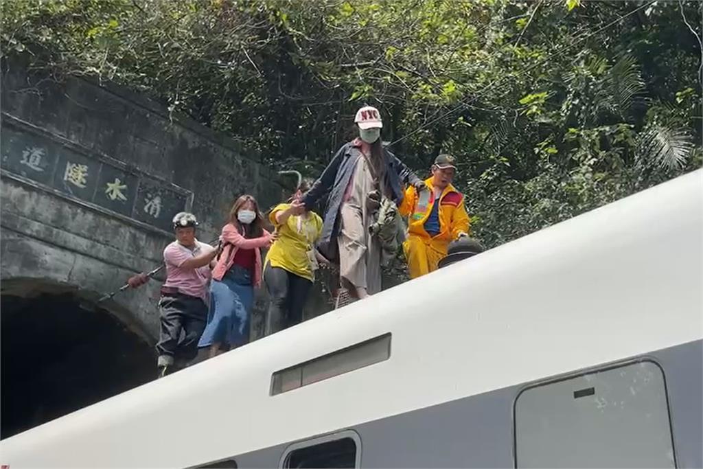 快新聞/最新救援畫面曝光!太魯閣號花蓮出軌 民眾驚魂「爬列車車頂逃生」