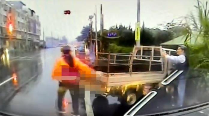 快新聞/與安親班專車相撞 嘉義縣貨車司機頭上有6公分撕裂傷、學童輕傷
