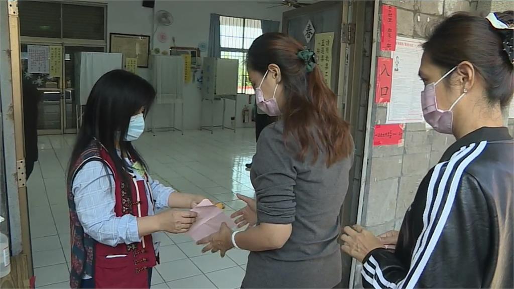 選舉史上頭一回!屏東村長補選戴口罩、量額溫才能投票