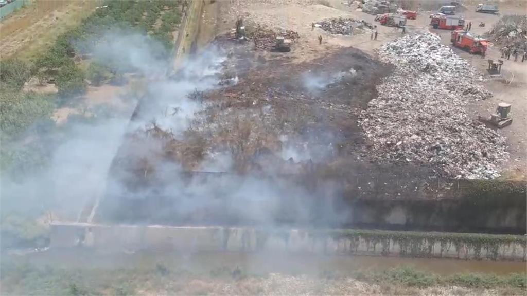 快新聞/台南麻豆垃圾場火警「燃燒面積500平方公尺」 警消調動怪手搶救