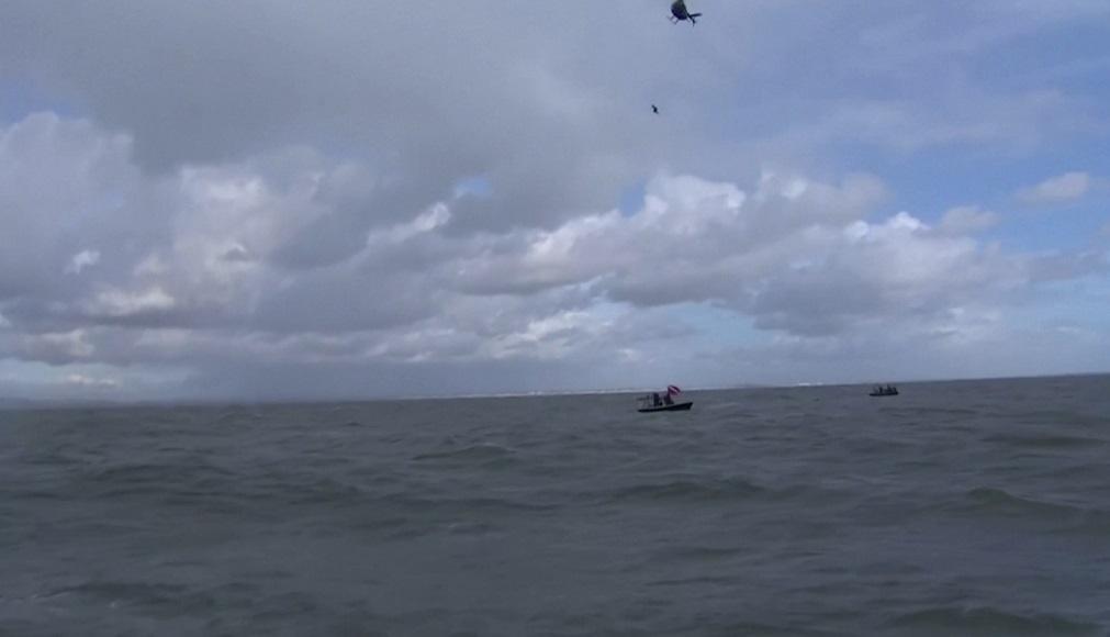 """英國""""飛魚""""玩命挑戰 搭直升機自40公尺高跳海"""