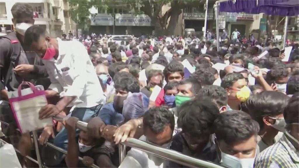 印度疫情持續慘 民眾沒藥可用 數百人擠爆向政府要瑞德西韋